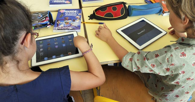 Elementary school children share electronic tablets on the first day of class in the new school year in Nice, Southern France, on September 3, 2013. 17 elementary classes in 17 schools in Nice are equipped. One tablet for 2 children. For the next school year all the classrooms in elementary schools in Nice will be with numeric tablets. FRANCE - 03/09/2013/BEBERT_0309051/Credit:BEBERT BRUNO/SIPA/1309031757