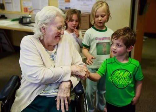 Kanadoje sugalvojo slaugos namus sujungti su vaikų globos namais